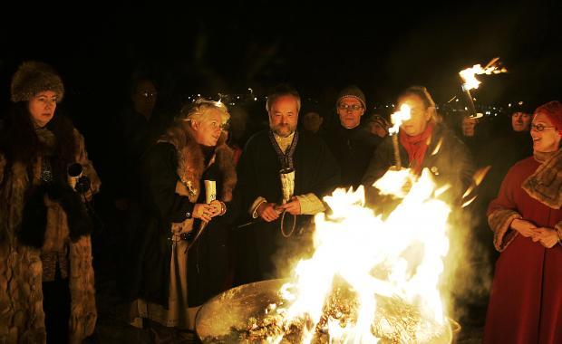 O ALLSHERJARGOÐI Hilmar Örn Hilmarsson (no centro), o sumo sacerdote da Associação Pagã Islandesa argumenta que aqueles que vêem a Ásatrú como uma religião de militarismo, derramamento de sangue e adoração de heróis estão vendo isso através do prisma do nacionalismo alemão do século XIX, e não da Edda Poética. Foto/Stefán Karlsson.