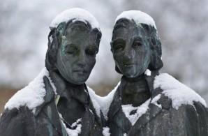 Os Irmãos Grimm, estátua em Kassel, Alemanha
