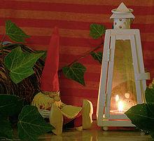 Um tomtenisse feito de massa salgada. Uma decoração escandinava de Natal comum.