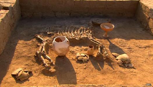 O túmulo deste rei no assentamento indo-europeu no Karakum (Turcomenistão moderno) contém um valioso cavalo para acompanhá-lo na vida após a morte